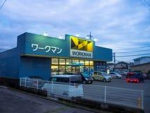 TOKIO, JAPONIA CZERWIEC 28, 2017 -: Robociarza budynku błękitny sklep w Shinjuku Złoty Gai, lokalizować w Tokio Zdjęcie Stock