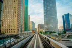 TOKIO, JAPONIA CZERWIEC 28, 2017 -: Sceneria pociąg podróżuje na podwyższonym poręczu Yurikamome linia w Odaiba, Minato Fotografia Royalty Free