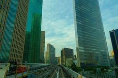 TOKIO, JAPONIA CZERWIEC 28, 2017 -: Sceneria pociąg podróżuje na podwyższonym poręczu Yurikamome linia w Odaiba, Minato Zdjęcie Stock