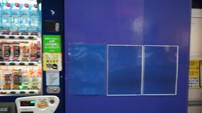 Tokio Japonia, Czerwiec, - 20, 2018: Strzał napoju automat na ulicie Tokyo zdjęcie wideo