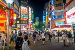 TOKIO, JAPONIA CZERWIEC 28, 2017 -: Tłum ludzie chodzi przy nocą w ulicach Ikebukuro, reklama i Zdjęcie Royalty Free