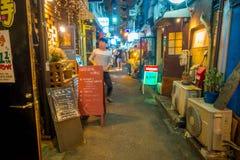 TOKIO, JAPONIA CZERWIEC 28, 2017 -: Tradycyjni tylnej ulicy bary w Shinjuku Złoty Gai Złoty gai składać się z 6 malutkich alei Obrazy Stock