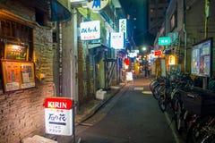 TOKIO, JAPONIA CZERWIEC 28, 2017 -: Tradycyjni tylnej ulicy bary w Shinjuku Złoty Gai Złoty gai składać się z 6 malutkich alei Zdjęcia Royalty Free