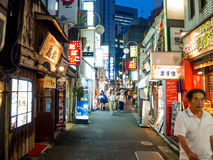 TOKIO, JAPONIA CZERWIEC 28, 2017 -: Tradycyjni tylnej ulicy bary w Shinjuku Złoty Gai Złoty gai składać się z 6 malutkich alei Fotografia Stock