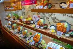 TOKIO, JAPONIA -28 2017 JUN: Zamyka up asortowany plastikowy japanesse jedzenie nad gablotą wystawową w Tokio Obraz Royalty Free