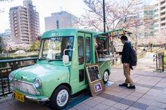 TOKIO Japonia, KWIECIEŃ, - 5: Mężczyzna rozkazu jedzenie od mobilnego jedzenie stojaka tr Fotografia Royalty Free