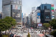 TOKIO JAPONIA, Kwiecień, - 29, 2017: Pedestrians spacer przy Shibuya krzyżem obraz royalty free