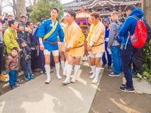 TOKIO JAPONIA, LIPIEC, - 02, 2017: Tłum ludzie w parku cieszy się widok w han parku podczas czereśniowego okwitnięcia sezonu wewn Zdjęcia Stock