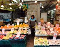 TOKIO, JAPONIA LISTOPAD 22, 2013: Ameyoko jest targowym ulicą który, Obrazy Royalty Free