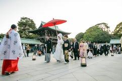 TOKIO JAPONIA, LISTOPAD, - 23, 2013: Japońska ślubna ceremonia przy świątynią Fotografia Royalty Free