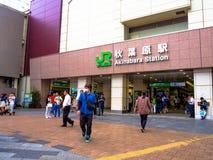 Tokio Japonia, Listopad, - 22, 2016: Niezidentyfikowani ludzie chodzi blisko Akihabara jr stacja, Akihabara są Tokio ` s Ważnym Zdjęcia Stock