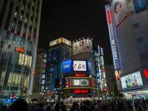 TOKIO, JAPONIA - 5 2018 LISTOPAD Shinjuku Kabukicho rozrywki okręg przy nocą Neonowi znaki Iluminują Widok pejza? miejski Przy no zdjęcia stock