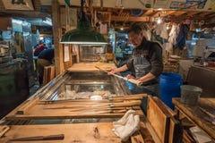 TOKIO JAPONIA, Listopad, -, 22, 2014: Stary japoński mężczyzna z nożem Obrazy Royalty Free