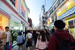 Tokio Japonia, Listopad, - 24, 2013: Tłum przy Takeshita ulicą Harajuku Obrazy Stock