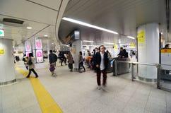 Tokio Japonia, Listopad, - 23, 2013: Tłumu odprowadzenie przy Shibuya stacją Zdjęcia Stock