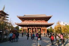Tokio Japonia, Listopad, - 21, 2013: Turyści Odwiedzają Buddyjską świątynię Senso-ji Obrazy Stock