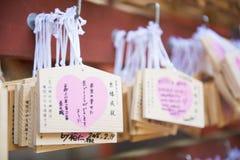TOKIO, JAPONIA, LUTY 23, 2016: drewniane modlitewne pastylki dla one modlą się Fotografia Stock