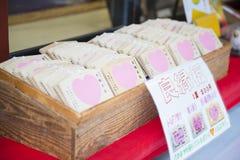 TOKIO, JAPONIA, LUTY 23, 2016: drewniane modlitewne pastylki dla one modlą się Obraz Royalty Free