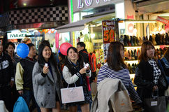 TOKIO JAPONIA, NOV, - 24: Tłum przy Takeshita ulicą Harajuku Zdjęcia Stock