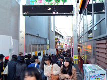 TOKIO JAPONIA, NOV, - 24: Tłum przy Takeshita uliczny Harajuku na Żadny Zdjęcia Royalty Free