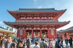 TOKIO JAPONIA, PAŹDZIERNIK, - 07, 2015: Świątynia skarbu domu brama Hozomon w Asakusa Tokio, Kaminarimon Fotografia Stock