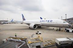TOKIO JAPONIA - SEPTEMBER13,2015: zlany linia lotnicza samolotu narządzanie zdjęcia royalty free