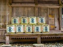 Tokio Japonia, Sierpień, - 24, 2017: Baryłki zawijać w słomie w Yoyogi parku blisko Meiji świątyni sztuka dla sztuki Alkoholiczka obraz stock