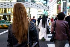 Tokio, Japonia 10 02 2018 tłum mieszkanowie i turyści w ubraniach krzyżuje ulicę w popularnym Ginza okręgu biznesowych i przypadk zdjęcie stock