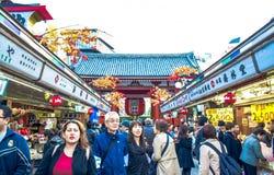 TOKIO, JAPONIA: Turyści wydają ich czas w Nakamise-Dori, zakupy ulica przy Senso-ji świątynnym terenem lokalizować zdjęcia stock