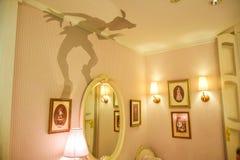 TOKIO, JAPONIA: Wendy ` s pokój z Peter Pan ` s cieniem na ściennym ustawianiu w Disneystore lokalizował przy Shibuya, Tokio fotografia royalty free