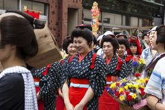 Tokio Japonia, Wrzesień, - 24 2017: Kobiety ubierali w czerwonym i czarnym Edo kliencie przy Shinagawa Shukuba Matsuri festiwalem Fotografia Royalty Free