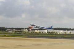 TOKIO, LIPIEC - 2018: All Nippon Airways ANA bierze daleko od Narita lotniska międzynarodowego obraz royalty free