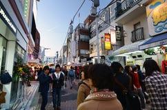 TOKIO, LISTOPAD - 24: Ludzie, przeważni młodzienowie, spacer przez Takeshita ulicy Obrazy Stock
