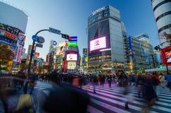TOKIO, LISTOPAD - 28, 2013: Pedestrians przy słynnym skrzyżowaniem Zdjęcie Stock