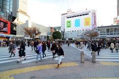 TOKIO, LISTOPAD - 28: Pedestrians przy słynnym skrzyżowaniem Shibuy Obraz Stock
