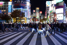 TOKIO, LISTOPAD - 28: Pedestrians przy słynnym skrzyżowaniem Shibuy Obrazy Stock