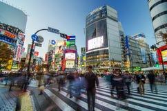 TOKIO, LISTOPAD - 28: Pedestrians przy słynnym skrzyżowaniem Shibuy Zdjęcie Stock