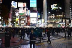 TOKIO, LISTOPAD - 28: Pedestrians przy słynnym skrzyżowaniem Shibuy Zdjęcia Royalty Free
