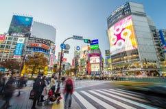 TOKIO, LISTOPAD - 28: Pedestrians przy słynnym skrzyżowaniem Shibuy Fotografia Stock