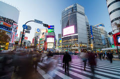 TOKIO, LISTOPAD - 28: Pedestrians przy słynnym skrzyżowaniem Shibuya Zdjęcia Royalty Free