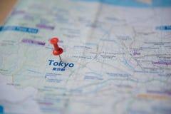 Tokio mapa i pchnięcia wałkowy ocechowanie na turyście zdjęcie royalty free