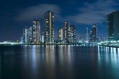 Tokio moderna en la noche Fotos de archivo libres de regalías