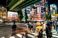 Tokio uliczny widok przy nocą Akihabara Maj 2016 fotografia stock