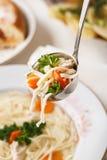Tokmach - sopa de fideos con el pollo Fotos de archivo