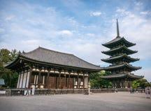 Tokondo, Salão dourado do leste e pagode do Cinco-andar no templo de Kofuku-ji, Nara Fotografia de Stock