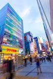Tokyo Akihabara aftonelektronik shoppar vinkelV Arkivbild