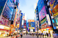 Tokyo Akihabara skymning tänder byggnadsteckenH Fotografering för Bildbyråer