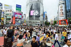 TOKYO - AUGUSTUS 03: Shibuya in 03 Augustus 2013 - menigten van mensen die het centrum van Shibuya kruisen Stock Foto's