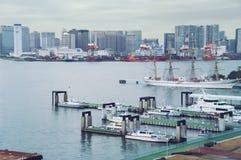 TOKYO - de mening van September 2009 van baai, terminal en containertermina lcoast, het parkeren wachtboten Royalty-vrije Stock Foto's