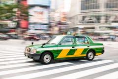 Tokyo door Taxi Stock Afbeelding